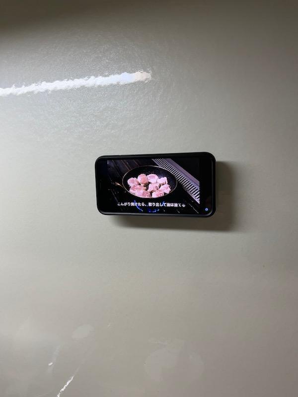 キッチンに壁掛け用マウントを貼り付ける
